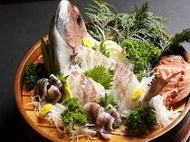 「鯛の姿桶盛り」は別注追加も可能。サイズによって1尾3000円〜