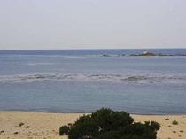 目の前の堤防の向こうは海、浜辺の散歩も気持ちいい。早朝や夕暮れなど表情を変える海を楽しんで