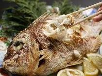 鯛塩焼きは、もちろんそのままでも!ほぐしてご飯の上に乗せて熱々のお出汁をかけて「鯛茶」にしても!