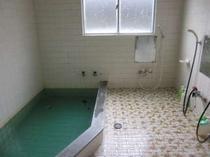 1階のお風呂場です。多くて4〜5名様がご利用できます。