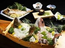 鯛と平目の舟盛り、鯛塩焼き、焼ウニ・・・漁師宿の魅力を存分に