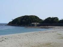 当館からすぐ目の前の白浜海岸と鯨岬