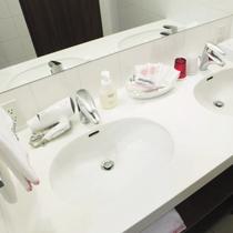 【東館コンセプトルーム】洗面台は2名様同時に使えるダブルベーシン