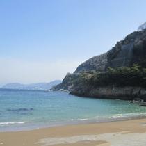 綺麗なエメラルドの海!夏は海水浴で賑わいます。