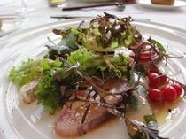 【毎月変わるナチュラルフレンチコース】前菜の水耕野菜のカルパッチョ