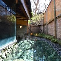 ○姫湯(朝)お月見池 青石を敷き詰めた露天風呂