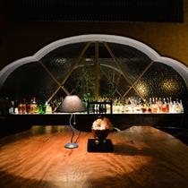バーひびき〜バーの中央には樹齢500年の栃の木のテーブル。お酒と音楽の好きなお客様の秘密基地