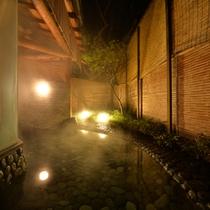 ○姫湯(夜)お月見池 青石を敷き詰めた露天風呂