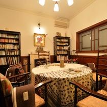 サロン莉羅(りら)清風閣1F。球管のオーディオとアンティーク家具を設えた談話室。