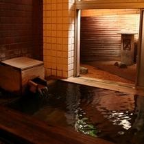 100%かけ流しの檜風呂。束間の名湯を体の芯までご堪能頂けます。