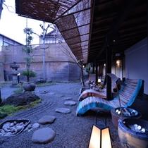 七福の庭〜冷えた飲み物とともに小ぶりな足湯で夕涼み。湯浴み前後にお立ち寄り下さい。