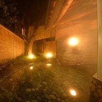 ○殿湯(夜)お月見池 青石を敷き詰めた露天風呂