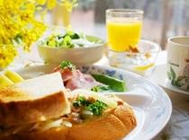 朝食 (一例) 窓景色を眺めながらの朝食も旅の楽しみの一つ