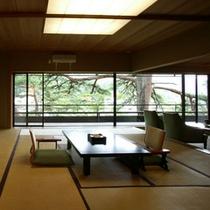 【佳松亭・貴賓室】窓からの景色はもちろんゆとりのある広さを持っております。