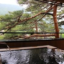 【佳松亭・迎賓室≪音-ON-≫】露天風呂から見える松の風景は佳松亭ならでは