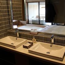 【佳松亭・迎賓室≪音-ON-≫】ダブルの洗面台。*洗面スペースがガラス張りでないお部屋もございます