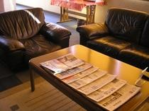 各種多様な無料新聞をじっくりソファーでご覧になれます。