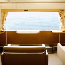 *指定席のほとんどが海側に向けて設置/みすゞ潮彩