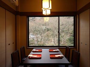 【個室レストラン】イス・テーブル席