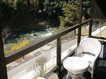 渓流を眺めながらゆったりできるテラス