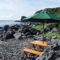 ホテル庭園の先に広がる郷戸の浜。夏場は磯遊びもお勧め♪