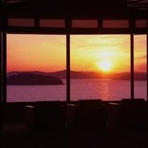 西浦半島最先端から絶景の夕日を愛でるロビー