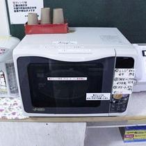 【1階フロア備品】電子レンジ、湯沸しポット、公衆電話