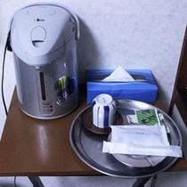 【個室備品】湯沸しポット、箱ティッシュ、アメニティ
