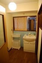 洗面所ードライヤー付き。洗濯機も利用可能です。