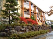 ホテル全景〜秋