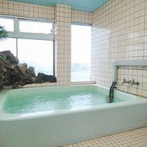 *【館内一例:男湯】窓から見える海を眺めてリフレッシュ♪