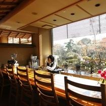 【ロビー】晴れた日はサンサンと心地よい太陽の光を浴びながら珈琲でもどうぞ。