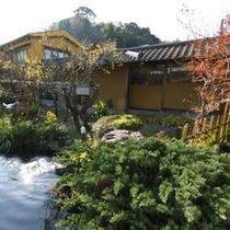 【水庭】庭園を眺め、ゆっくりとした時間を大事な方との語らいのひとときをお過ごし下さい。