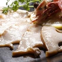 【創作料理一例】料理長推薦!こだわり抜いたアワビを使用した石焼。大人気のメニューになります。
