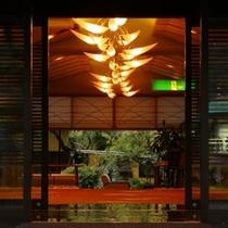 【エントランス】狩野川沿いに位置し四季折々の豊かな景観に囲まれた湯宿の玄関。