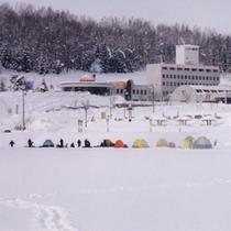 *【外観(冬)】冬にはわかさぎ釣りなどもお楽しみいただけます。