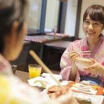 【お食事イメージ】民芸調なお食事処でゆっくりとお食事をお楽しみ頂けます。