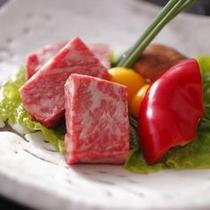 【和牛の富士山溶岩ステーキ】霜降り和牛の旨味がお口いっぱいに広がる人気の献立です。