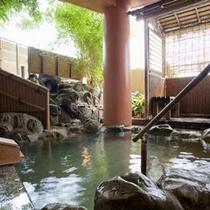 【露天風呂 紅葉の湯】伊豆石の肌触りが優しい露天風呂
