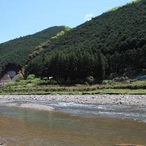 車で数分のところに流れる有栖川。爽やかな川遊びはいかがですか?