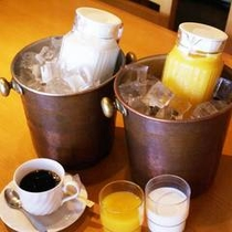 ♪四季亭(徒歩2分)での朝食はフリードリンク