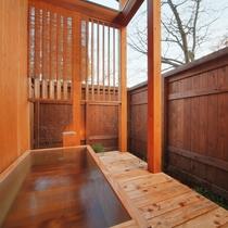 【客室/103】お風呂は庭園付きの総檜造り露天風呂とTOTO最新のシステムバスの2通り