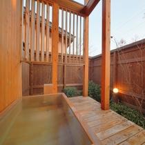 【客室/104】庭園付きの総檜造り露天風呂
