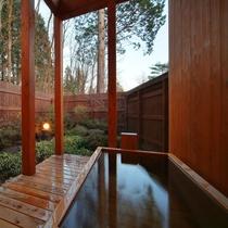 【客室/102】お風呂は庭園付きの総檜造り露天風呂とTOTO最新のシステムバスの2通り♪