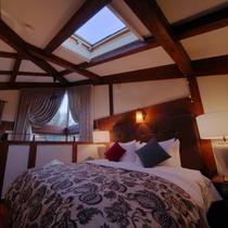 【客室/102】2階の寝室には星空が見えるロマンチックな天窓付き。