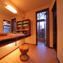 【客室/102】脱衣場*お風呂は庭園付きの総檜造り露天風呂