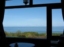 食堂の大窓からの眺め(夏)