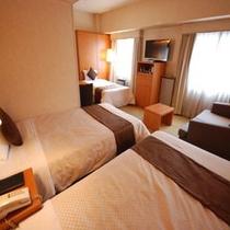 3名様部屋(4名様利用の場合は手前のソファーがベッドになります)