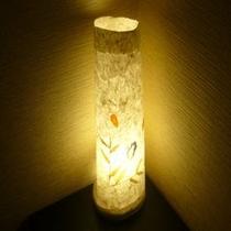 静かな光がお部屋入り口を照らします