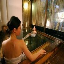 掛け流しの温泉は美肌効果♪湯もちも最高!(内風呂 月の湯)